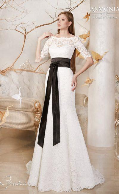 Свадебное платье с широким округлым декольте, коротким рукавом и широким черным поясом.
