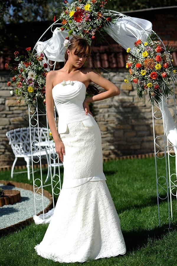 Свадебное платье «рыбка» из плотной ткани, с бантом на лифе прямого кроя.