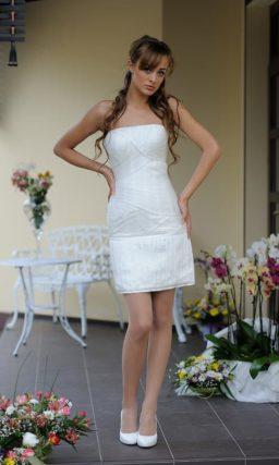 Прямое свадебное платье с юбкой длиной чуть выше колена и открытым верхом.