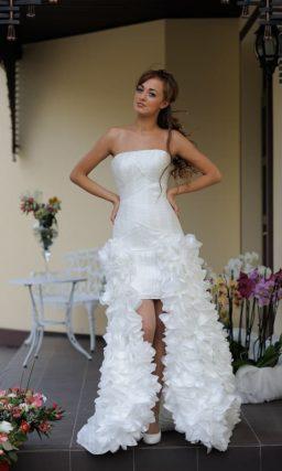 Свадебное платье с короткой юбкой, дополненной пышным шлейфом сзади.