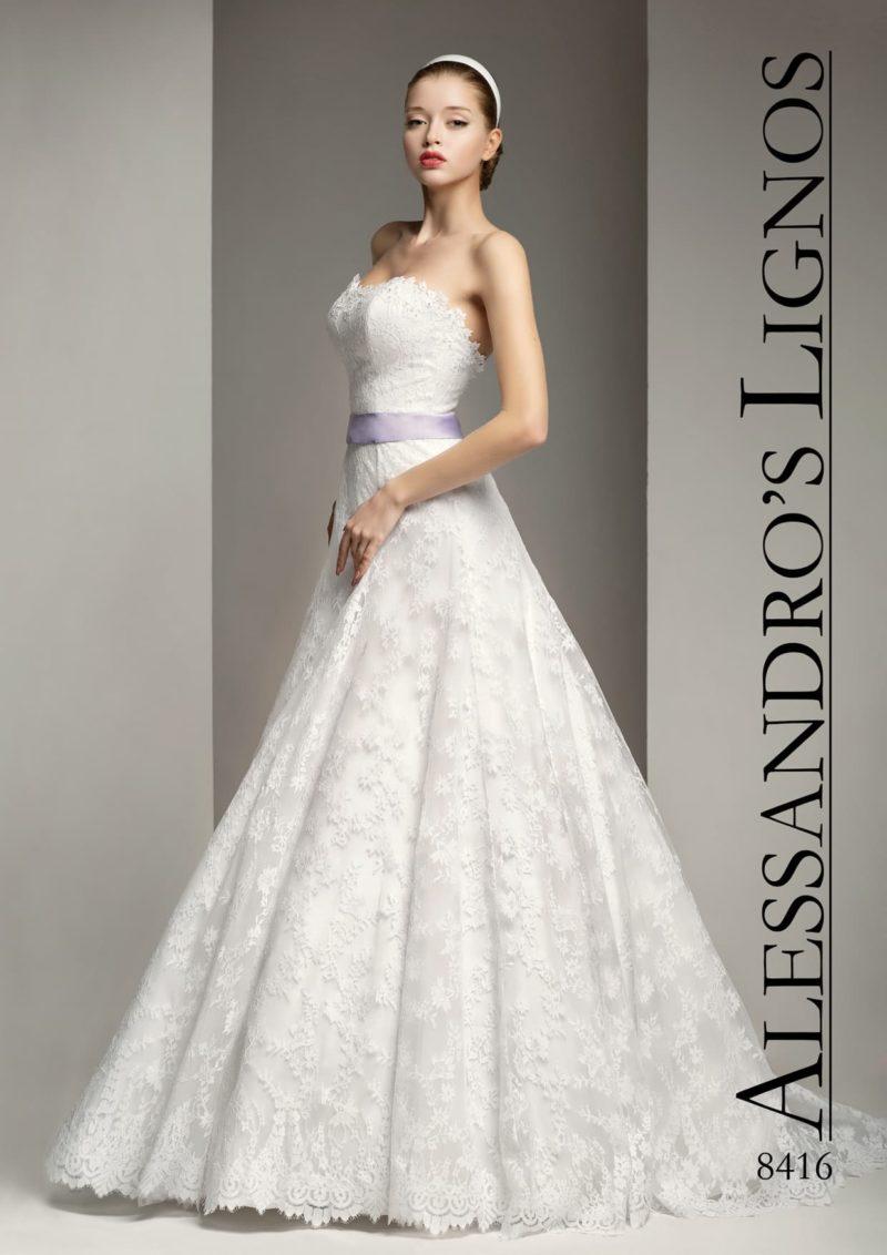 Романтичное свадебное платье «трапеция» с поясом из цветного атласа и кружевным лифом.