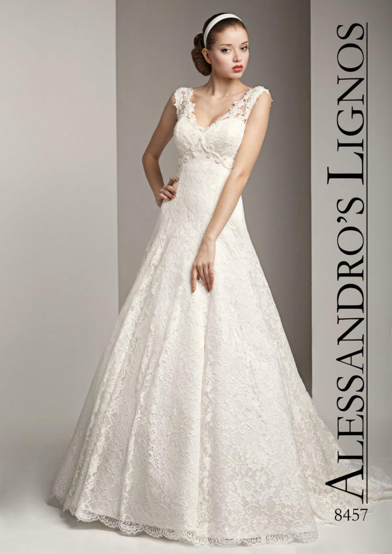 Свадебное платье А-силуэта с женственным декольте, очерченным ажурными бретелями.