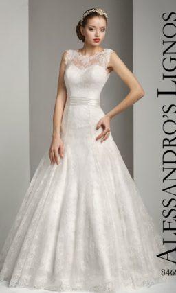 Закрытое свадебное платье с кружевной вставкой на лифе и юбкой «принцесса».