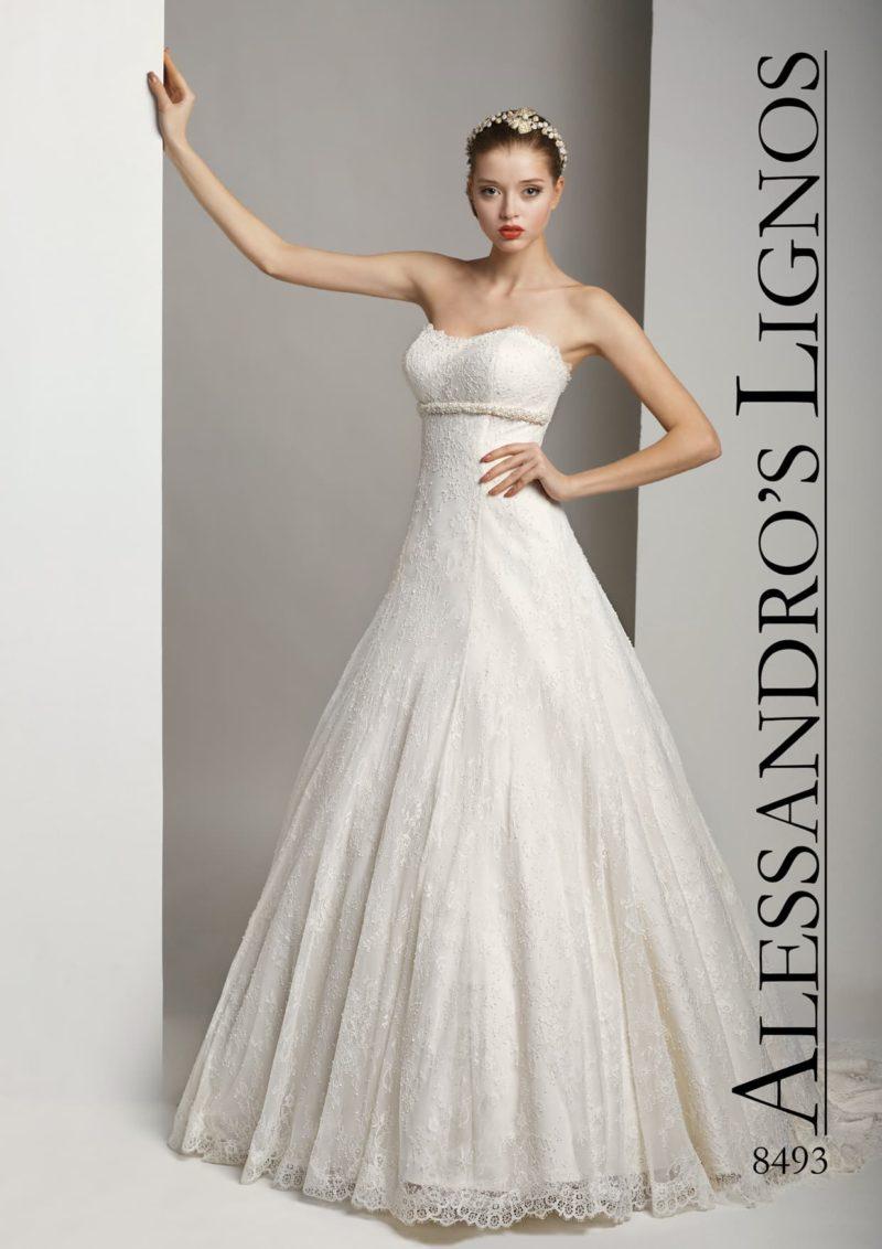 Элегантное и лаконичное свадебное платье с открытым лифом и пышной юбкой.