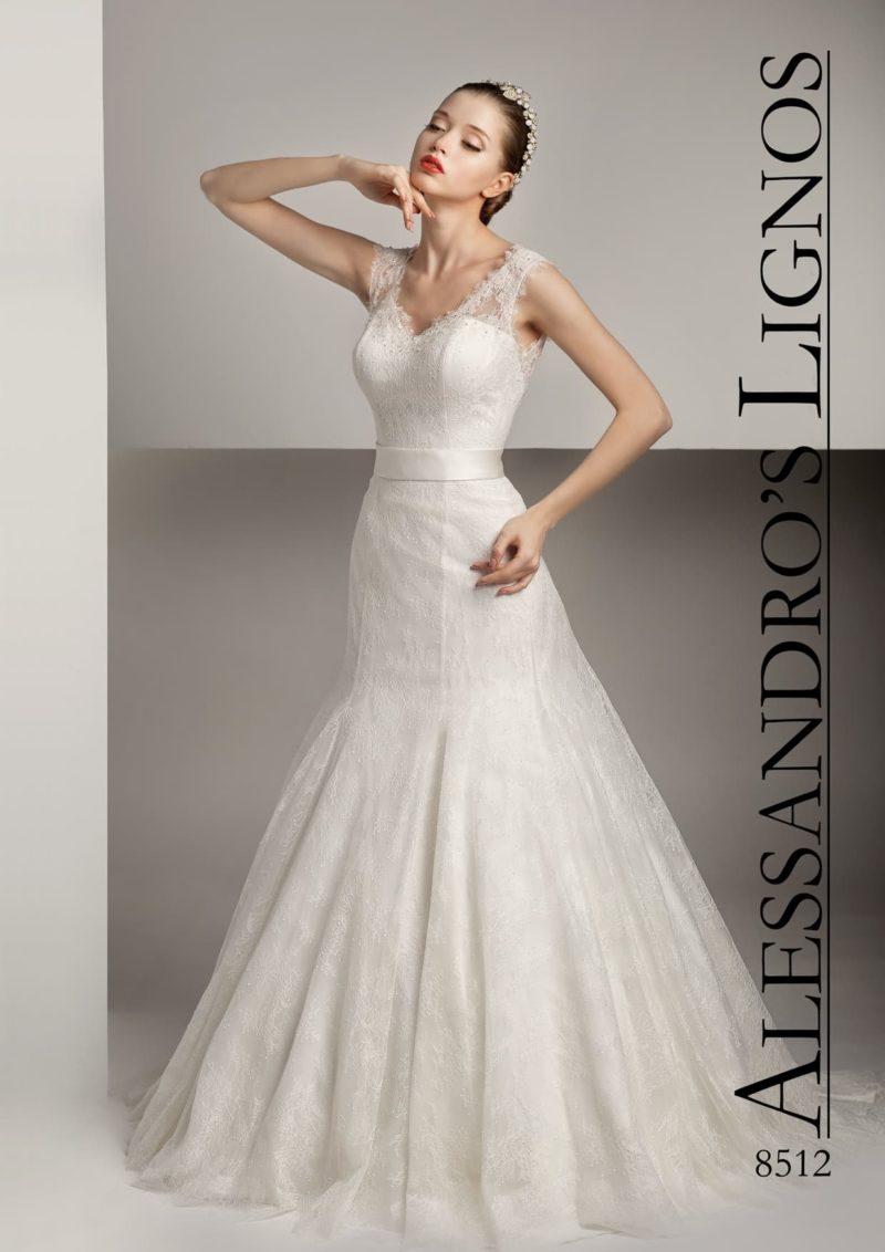 Свадебное платье «русалка» с широким поясом из атласа и кружевом по всей длине.