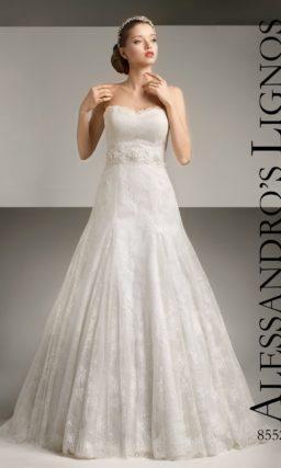 Открытое свадебное платье с юбкой «трапеция» с заниженной линией талии.