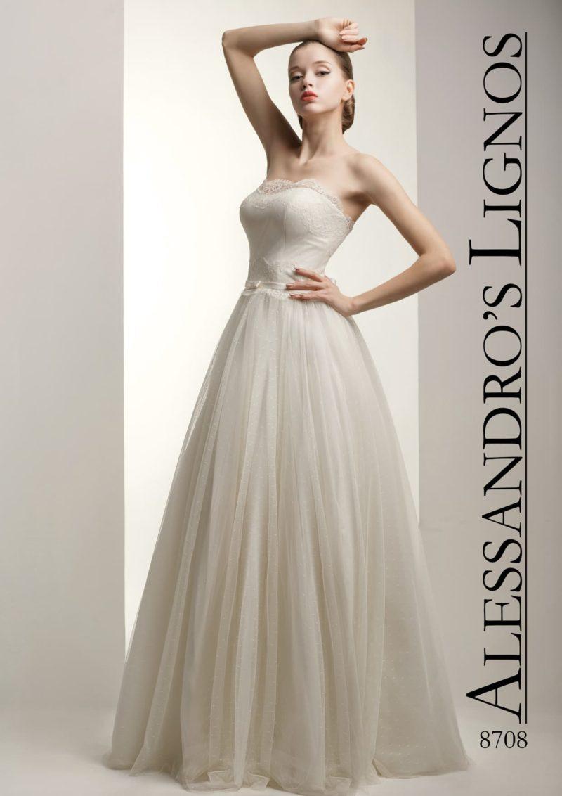 Роскошное свадебное платье пышного кроя с украшенным кружевом декольте.