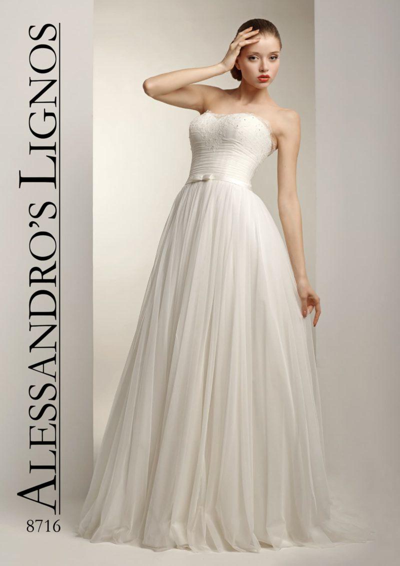 Открытое свадебное платье с деликатным силуэтом и вышивкой на лифе.