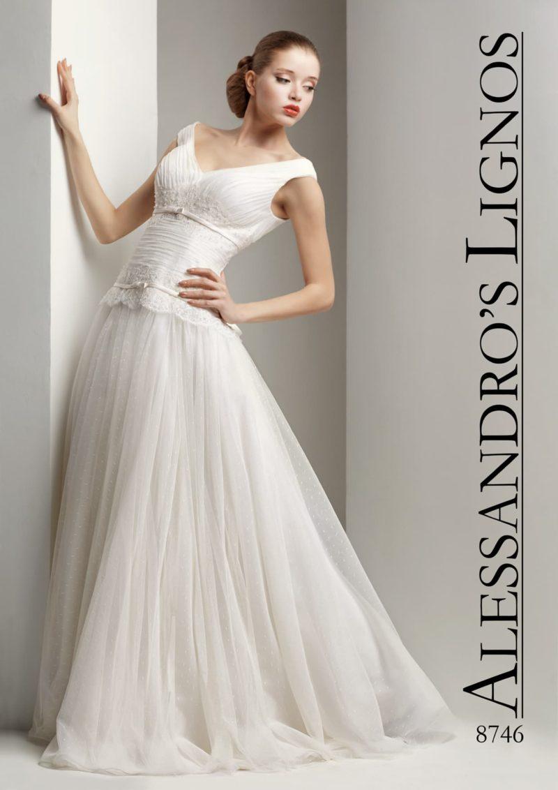 Свадебное платье с фактурным корсетом с V-образным вырезом и узким поясом.