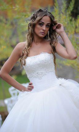 Кокетливое свадебное платье пышного кроя с оборками и прямым вырезом.