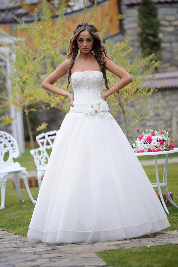 Торжественное свадебное платье с заниженной талией и декольте прямого кроя.