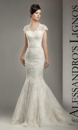 Облегающее свадебное платье с кружевным декором и небольшим вырезом.