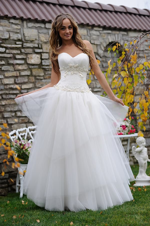 Свадебное платье с бисерной вышивкой по корсету и многослойной пышной юбкой.