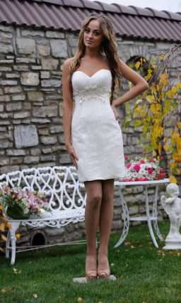 Короткое свадебное платье-футляр с лифом в форме сердца, украшенное бисером.