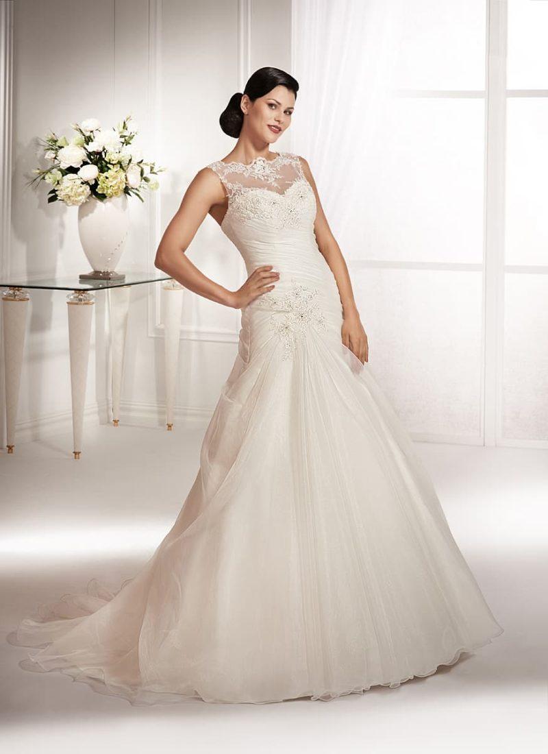 Закрытое свадебное платье «русалка», декорированное драпировками по облегающему корсету.