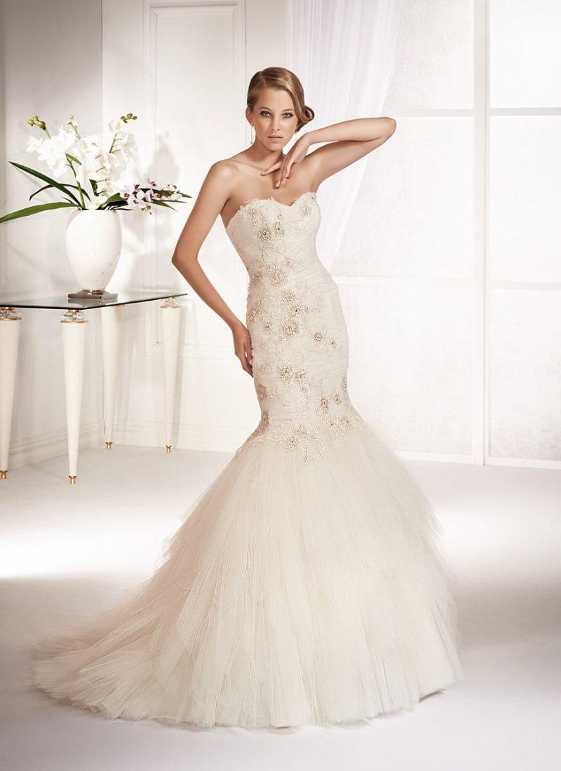 Облегающее свадебное платье «рыбка» с бисерной вышивкой по корсету и верху подола.