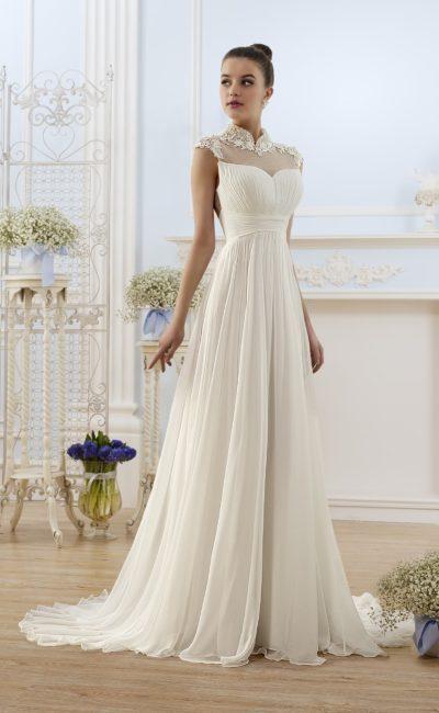 Необычное свадебное платье с воротником-стойкой и изящным декором складками по юбке.