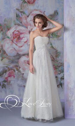 Сдержанное свадебное платье с драпировками на лифе и кружевной юбкой А-кроя.