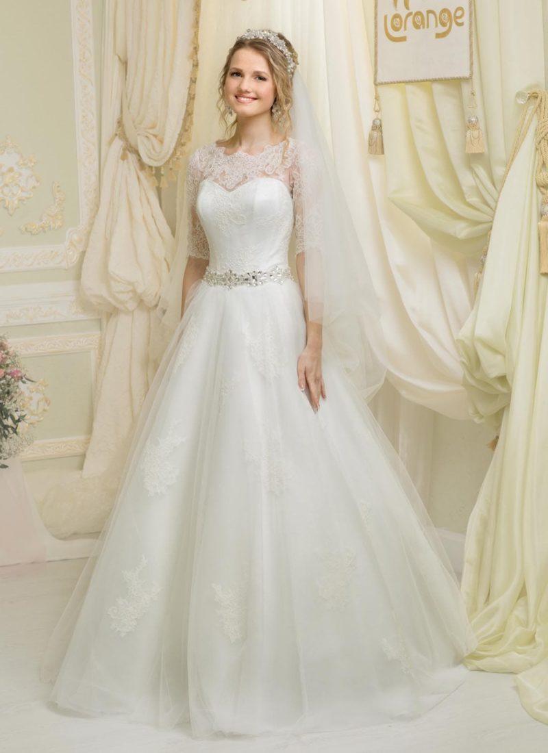 Свадебное платье «принцесса» с рукавами длиной в три четверти и сверкающим поясом на талии.