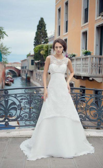 Свадебное платье «трапеция» с закрытым лифом из плотной кружевной ткани и шлейфом.