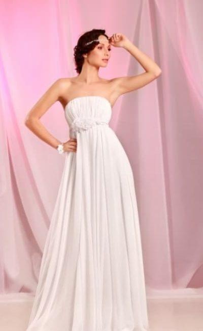 Лаконичное свадебное платье в ампирном стиле с объемным декором под лифом.