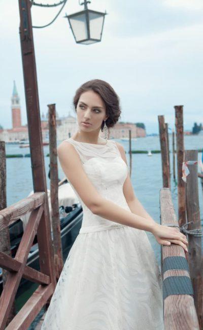 Закрытое свадебное платье «принцесса» из полупрозрачной ткани с рисунком, дополненное вырезом сзади.