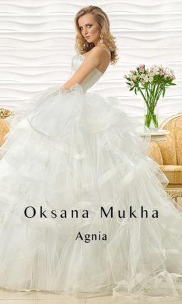 Чарующее свадебное платье с юбкой из множества оборок и роскошным открытым корсетом.