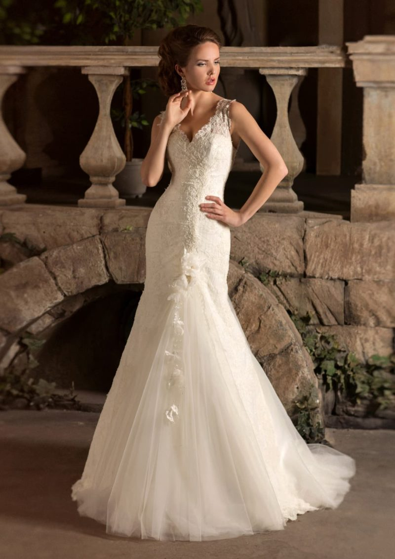Кружевное свадебное платье «русалка» с женственным V-образным вырезом с узкими бретелями.