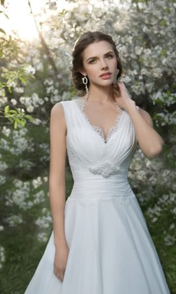 Свадебное платье с глубоким V-образным декольте, украшенным по краям кружевом.