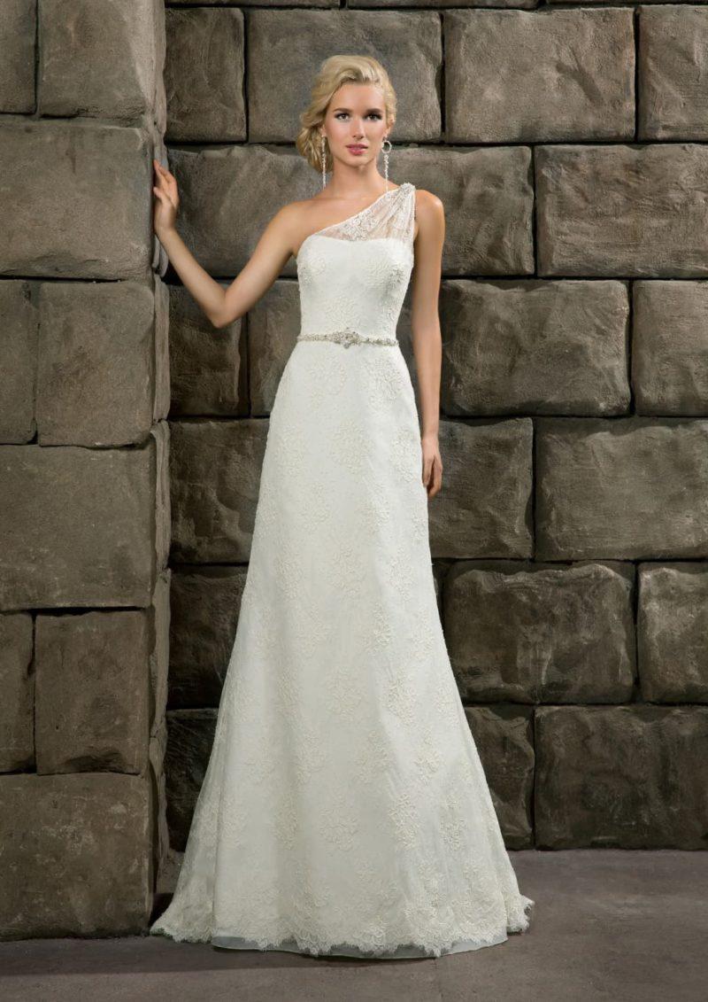 Лаконичное свадебное платье с узким поясом и изящным асимметричным лифом с тонкой бретелью.