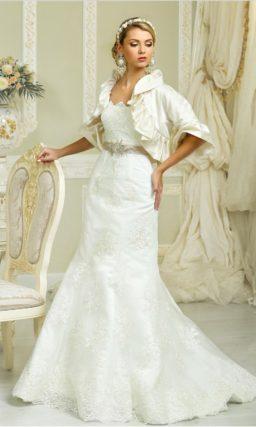 Свадебное платье «рыбка» с экстравагантным болеро и открытым лифом в форме сердца.