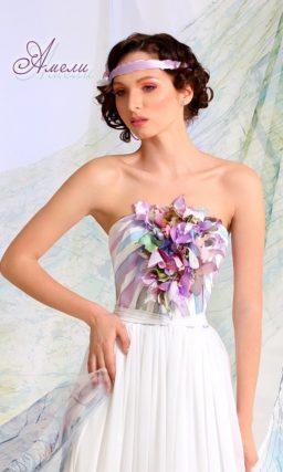 Открытое свадебное платье прямого кроя с цветным корсетом.