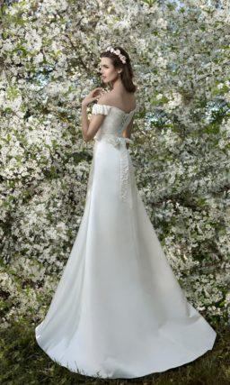 Свадебное платье «принцесса» с портретным декольте и фактурными бретелями на предплечьях.
