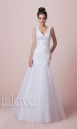 Великолепное свадебное платье «русалка» с V-образным вырезом и кружевным декором.