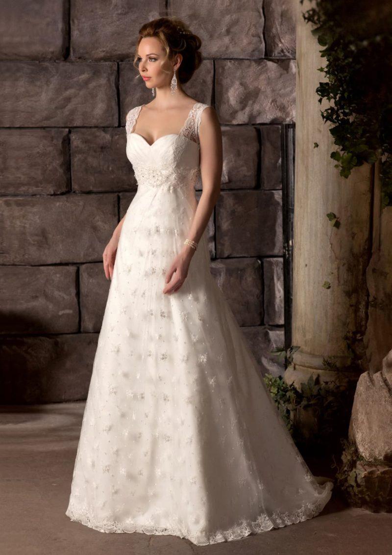 Свадебное платье «принцесса» с широкими кружевными бретелями и фактурным поясом.