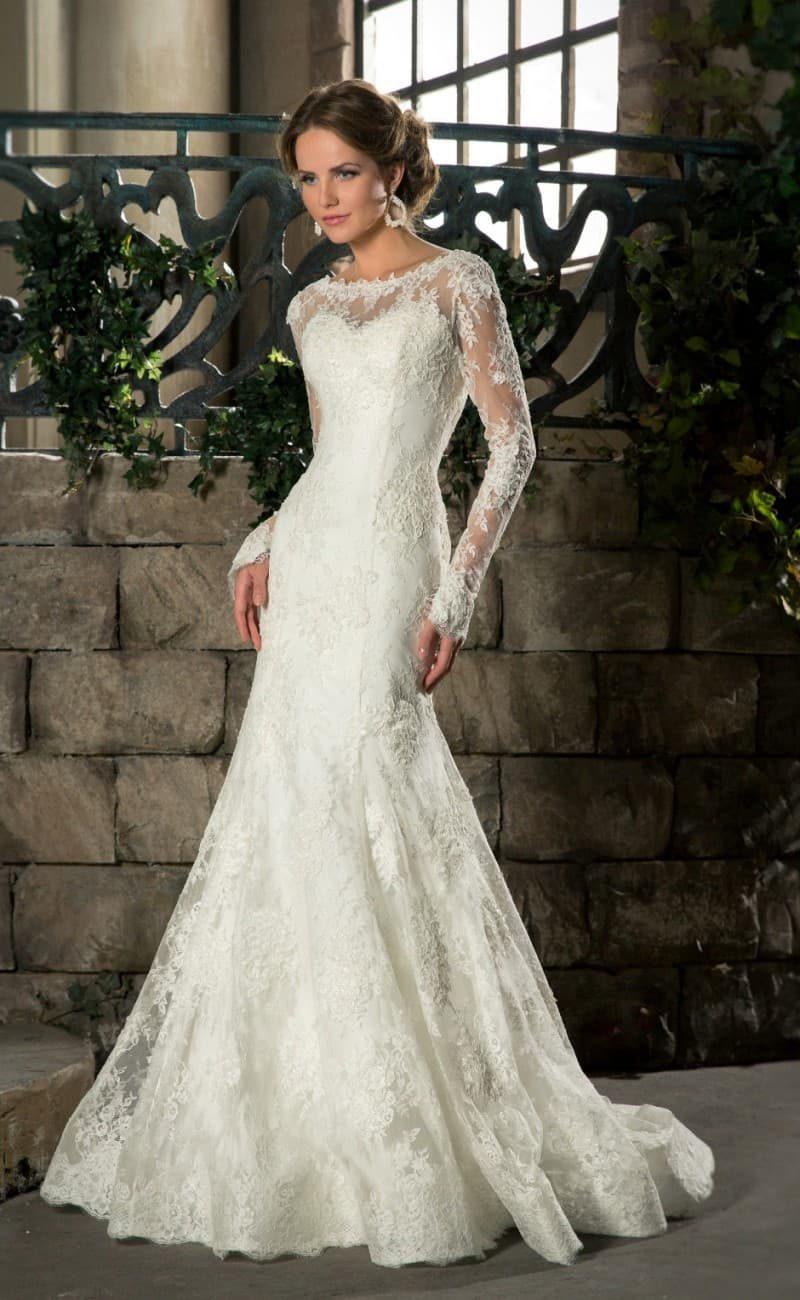 Облегающее свадебное платье «русалка» с длинными рукавами из кружевной ткани.