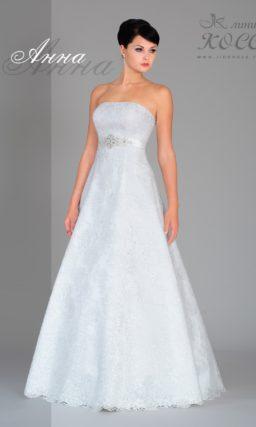 Фактурное свадебное платье А-силуэта с завышенной талией и узким поясом.