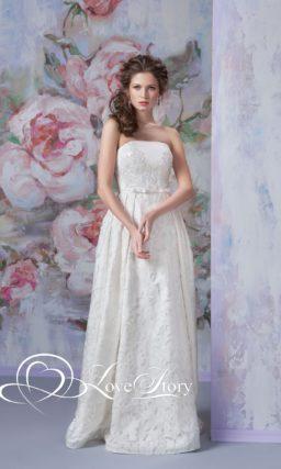Изящное свадебное платье с декольте прямого кроя и кружевом с крупным цветочным мотивом.