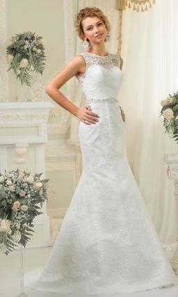 Кружевное свадебное платье «рыбка» с округлым вырезом под горло и широким поясом с вышивкой.