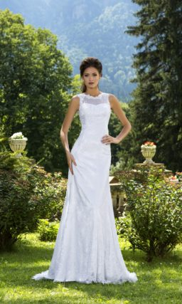 Изящное свадебное платье прямого кроя с фигурным округлым вырезом и кружевным декором декольте.
