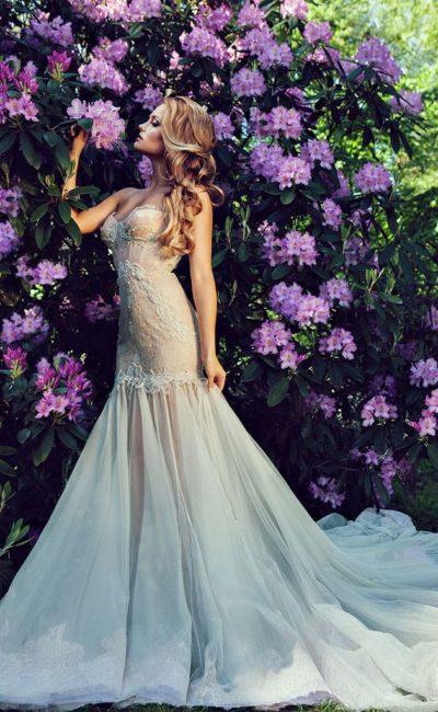 Бежевое свадебное платье «русалка» с полупрозрачным низом подола.