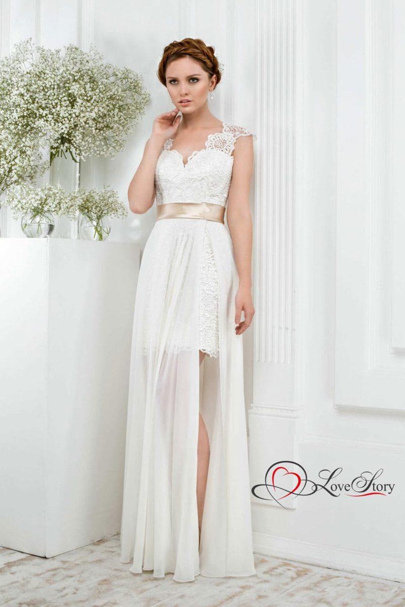 Короткое свадебное платье с тонкой верхней юбкой и кружевными бретелями.