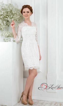 Свадебное платье-футляр с завышенной талией и полупрозрачными рукавами.