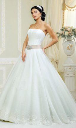 Свадебное платье с утонченным открытым лифом и широким поясом из атласной ткани.