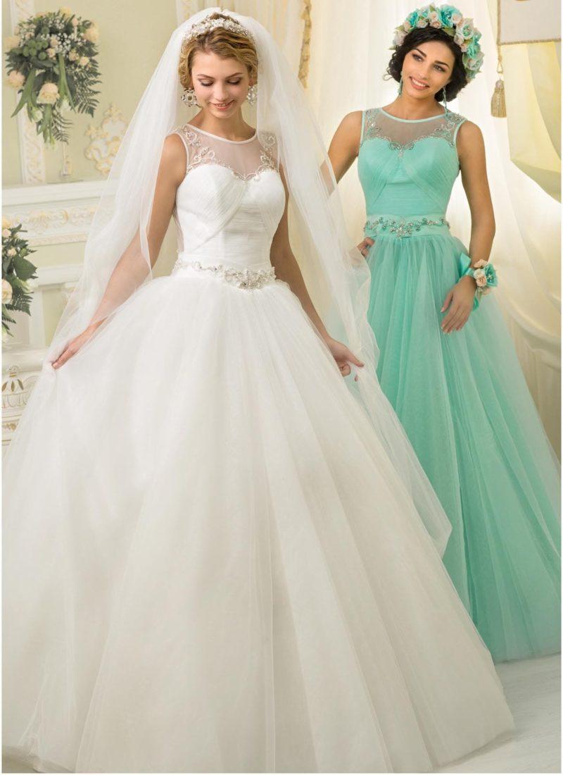 Деликатное свадебное платье пышного кроя с закрытым верхом, нежно украшенным вышивкой.