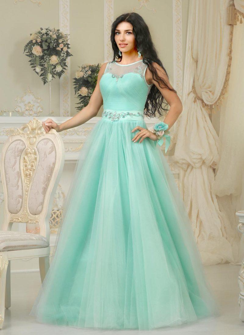 Пышное свадебное платье бирюзового цвета с полупрозрачной вставкой над открытым лифом.