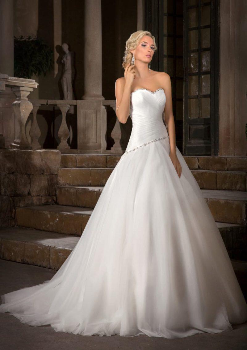 Открытое свадебное платье пышного кроя с бисерной отделкой по краю лифа в форме сердца.
