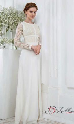 Прямое свадебное платье с закрытым верхом на бежевой подкладке.