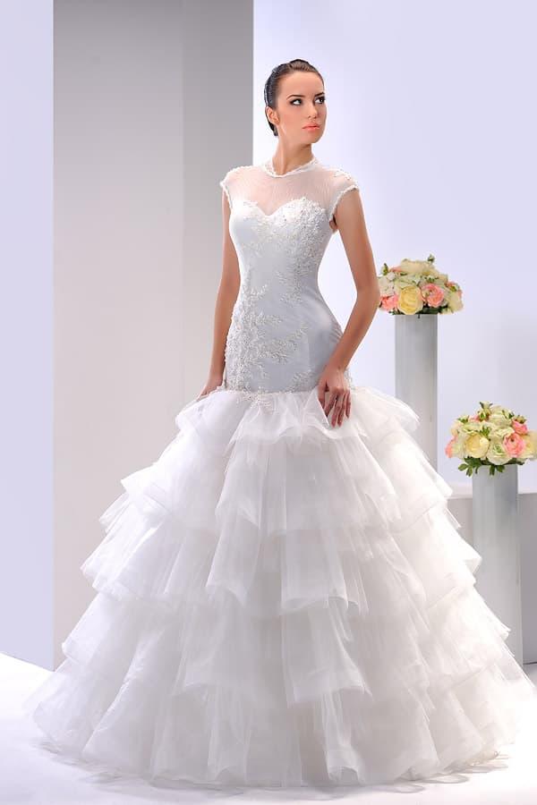 Пышное свадебное платье с вышивкой по низу многослойного подола и открытым корсетом.