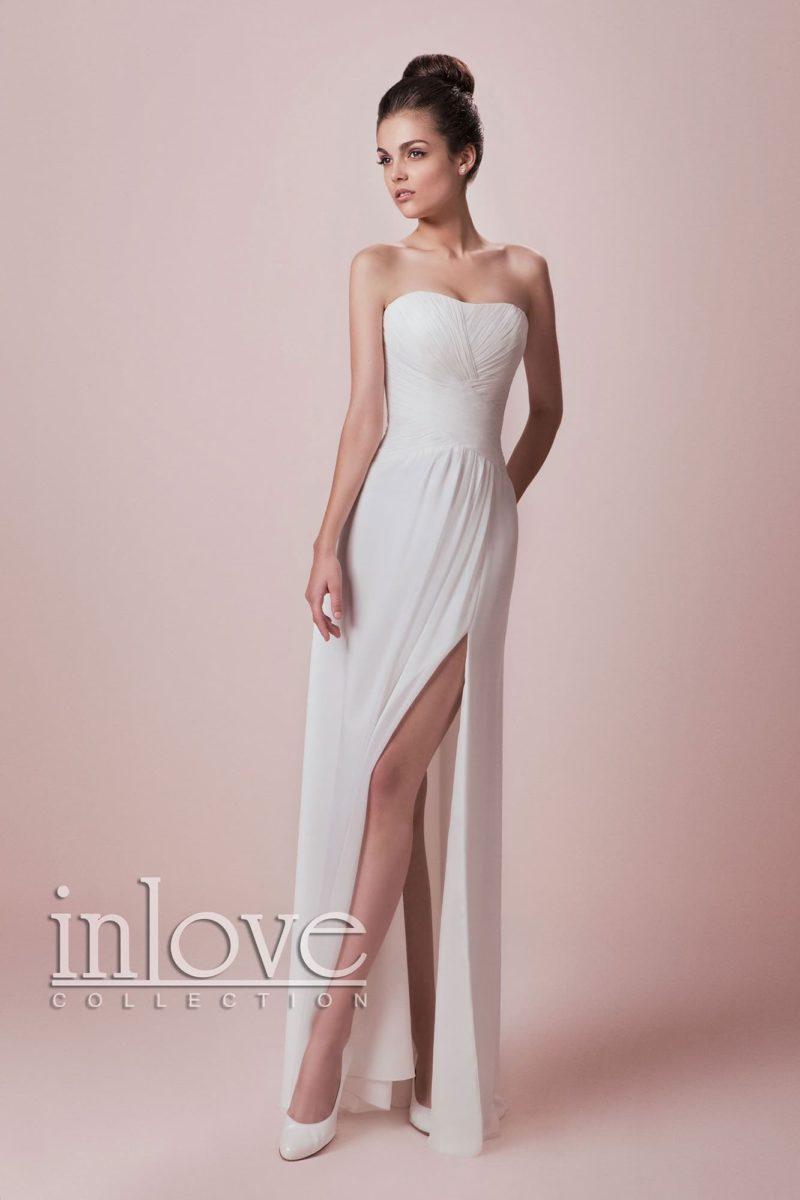Чувственное свадебное платье с лаконичным прямым кроем и высоким разрезом сбоку по подолу.